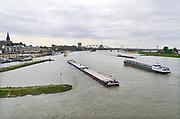 Nederland, Nijmegen, 16-5-2019Een binnenvaartschip passeert de waalkade van Nijmegen . De Waal is het Nederlandse deel van de Rijn en de belangrijkste vaarroute van en naar Rotterdam en Duitsland . Aftakkingen zijn de minder bevaren Neder Rijn en IJssel.Foto: Flip Franssen