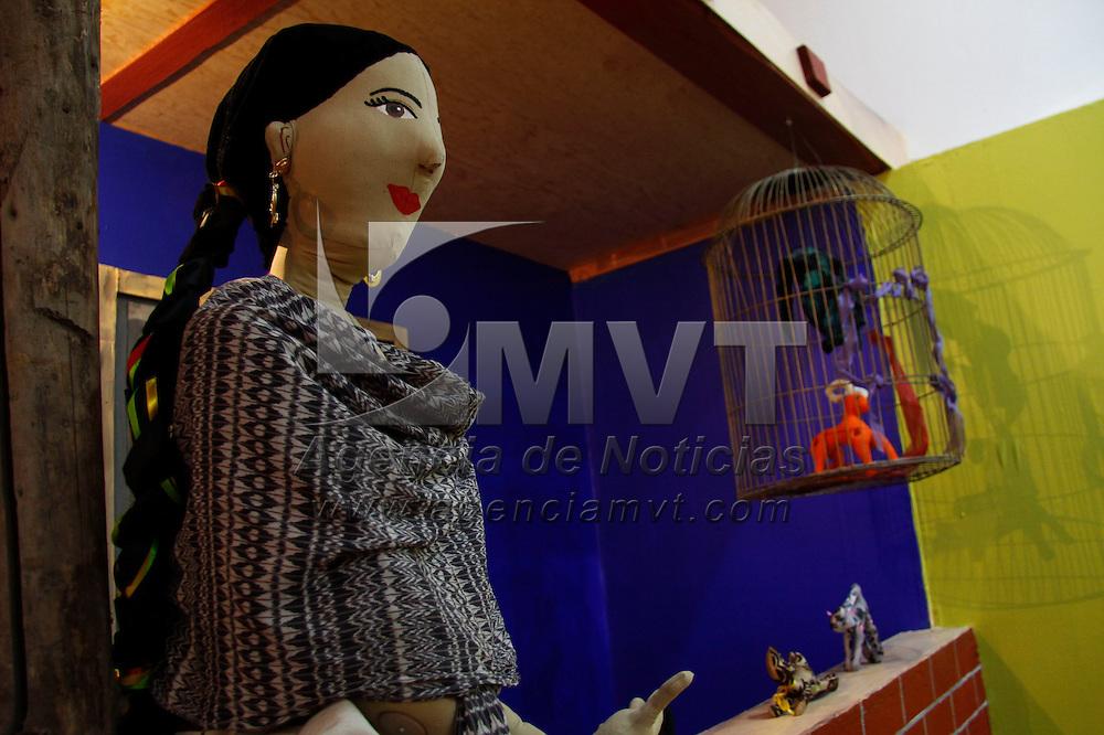 """Toluca, México.- El museo de Culturas Populares alberga la exposición """"Imagina-Tela, la alegría de jugar con trapo"""", una colección de muñecos de trapo, como hadas, luchadores, campesinos, bailarinas, animales, entre otros se pueden observar en distintos escenarios tales como una recamara, un ring de lucha, un table dance, el mar, una granja, esta colección es de los artistas Ana Karen Allende Noriega y Sinuhe Lucas y busca evocar la alegría que provocaba y puede provocar jugar con estos muñecos. Agencia MVT / Crisanta Espinosa"""