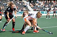AMSTELVEEN -   Shona Mccallin (Oranje Rood) in duel met Noa Muller (Amsterdam)  en links Hester van der Veld (Amsterdam)   tijdens de hockey hoofdklasse competitiewedstrijd  dames, Amsterdam-Oranje Rood (2-1).  COPYRIGHT KOEN SUYK
