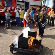 NLD/Huizen/20050910 - Huizerdag 2005, kinderen mogen een brand blussen