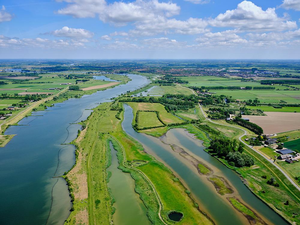 Nederland, Utrecht, GemeenteVijfheerenlanden, 27-05-2020;  rivier de Lek ter hoogte van Everdingen met de Everdingerwaard<br /> (Everdinger Waarden). De uiterwaarden zijn uitgegraven en een meestromende nevengeul is gecreëerd:  voorbeeld vanbuilding with nature (bouwen met de natuur). Het gebied vormt een natuurlijke klimaatbuffer. <br /> River Lek (lower Rhine) near Everdingen with the Everdingerwaard. The flood plains have been excavated and a co-flowing side channel has been created: an example of building with nature. The area forms a natural climate buffer.<br /> <br /> luchtfoto (toeslag op standard tarieven);<br /> aerial photo (additional fee required)<br /> copyright © 2020 foto/photo Siebe Swart