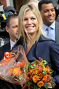 Prinses Máxima opent Blijf van m'n Lijf huis nieuwe stijl<br /> <br /> Hare Koninklijke Hoogheid Prinses Máxima der Nederlanden opent op dinsdag 30 augustus in Alkmaar het eerste Oranje Huis. Het Oranje Huis is een Blijf van m'n Lijf Huis Nieuwe Stijl: een niet geheime, open locatie. Het Oranje Huis is een initiatief van Stichting Blijf Groep en biedt onder één dak advies, hulpverlening en opvang voor mensen die te maken hebben met huiselijk geweld.<br /> <br /> Op de foto: Prinses Maxima verlaat het gebouw en speelt op de trom<br /> <br /> <br /> Princess Máxima opens new home Stay off my Body style<br /> <br /> Her Royal Highness Princess Máxima of the Netherlands opens on Tuesday, August 30 Alkmaar in the first House of Orange. The monarchy is one of my Stay Home New Body Style: not a secret, open location. The monarchy is an initiative of Stay Group Foundation and includes a roof advice, assistance and care for people dealing with domestic violence.<br /> <br /> On the photo: Princess Maxima leave the building and playing the drum