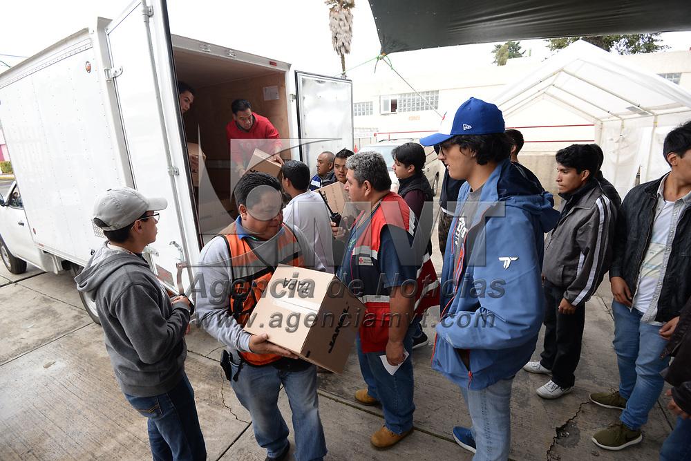 TOLUCA, México.- (Septiembre 22, 2017).- Familias, organizaciones civiles, grupos de estudiantes se reúnen en la Delegación de Cruz Roja Toluca para apoyar en las labores del centro de acopio instalado en este lugar a favor de los damnificados por el sismo del 19 de septiembre. Agencia MVT / Crisanta Espinosa.