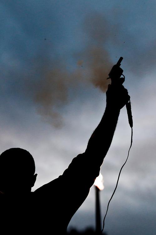 Ein Mann feuert eine Startpistole ab |a man fires a starting gun  for a runners competition |
