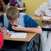 Nederland Rotterdam 23-09-2009 20090923 Serie over onderwijs,  openbare scholengemeenschap voor mavo, havo en vwo.  Lesuur nederland, klassikaal een toets maken. Jongen maakt toets.                                      .Foto: David Rozing