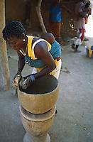 Mali, region de Segou, village de Segou, fabrication de poterie // Mali, Segou area, Segou village, pottery