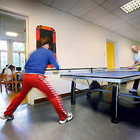 Nederland, Amsterdam , 28 september 2010..Een kijkje op de afdeling acute psychiatrie, crisishulpverlening van de Valeriuskliniek..Tafeltennis in de gang van afdeling VAL 9 ter ontspanning..Playing table tennis in the corridor of the psychiatric hospital.