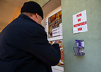 Bielsk Podlaski, woj. podlaskie, 08.04.2020. W liczacym 55 tys mieszkancow powiecie bielskim odnotowano 1/3 ( na dzien 8.04.2020 42 przypadki ) wszystkich zachorowan na koronawirusa w woj. podlaskim. Ulice miasta sa wyludnione, a ci ktorzy musza wyjsc w wiekszosci chodza w maseczkach ochronnych N/z plyn dezynfekujacy przed wejsciem do sklepu spozywczego fot Michal Kosc / AGENCJA WSCHOD