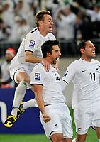 Fotball<br /> Play Off til VM 2010<br /> 14.11.2009<br /> New Zealand v Bahrain 1:0<br /> New Zealand klar for VM<br /> Foto: imago/Digitalsport<br /> NORWAY ONLY<br /> <br /> JUBEL NZL; Shane SMELTZ, Torschütze Rory FALLON und Leo BERTOS (v.li.)