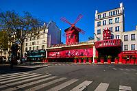 France, Paris (75), quartier de Pigalle, place Blanche, le Moulin Rouge durant le confinement du Covid 19 // France, Paris, Pigalle, Place Blanche, the Moulin Rouge during the containment of Covid 19