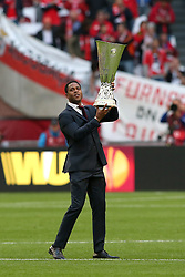 15-05-2013 VOETBAL: UEFA EL FINALE BENFICA - FC CHELSEA: AMSTERDAM<br /> PATRICK KLUIVERT bringt den Pokal Cup<br /> ***NETHERLANDS ONLY***<br /> ©2013-FotoHoogendoorn.nl
