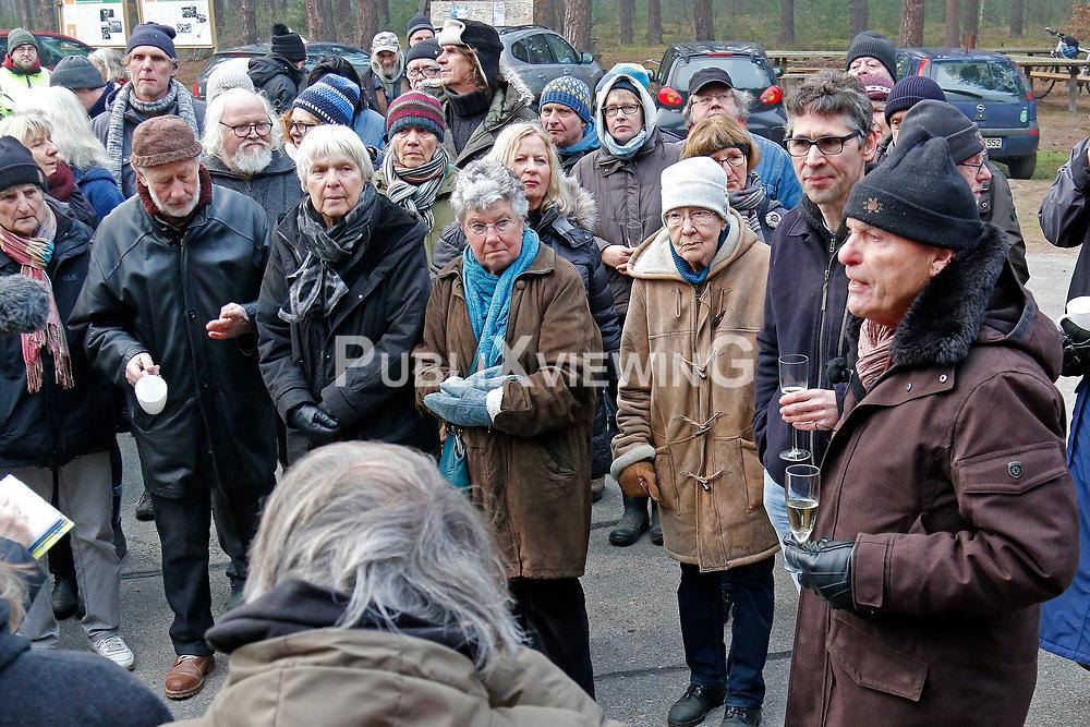 Mit dem Neujahrsempfang am 1. Januar begrüßt die Bürgerinitiative Umweltschutz Lüchow-Dannenberg (BI) traditionell das neue Jahr. Auch am 1. Januar 2020 gab es einen kurzen Rückblick auf das vergangene Jahr und den Blick nach vorn, auf die Herausforderungen und Veranstaltungen im 43sten Protestjahr. Im Bild (ganz rechts): BI-Pressesprecher Wolfgang Ehmke<br /> <br /> Ort: Gorleben<br /> Copyright: Andreas Conradt<br /> Quelle: PubliXviewinG