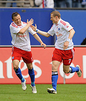 Fotball<br /> Tyskland<br /> Foto: Witters/Digitalsport<br /> NORWAY ONLY<br /> <br /> 03.05.2009<br /> <br /> 1:0 Jubel HSV v.l. Ivica Olic, Torschuetze Marcell Jansen<br /> Bundesliga Hamburger SV - Hertha BSC Berlin