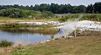 EXLOO - Zand en Keien in de waterhindernis van Hole 15 van Golfpark Exloo in Drenthe. FOTOGRAFIE KOEN SUYK