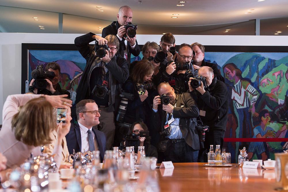14 MAR 2018, BERLIN/GERMANY:<br /> Fotojournalisten stellen sich in drei Dimensionen fuer ein Uebersichtsfoto des Kabinettstisches aus, Katarina Barley (L), MdB, SPD, Bundesministerin der Justiz und fuer Verbraucherschutz, macht ein Foto davon, vor Beginn der ersten Sitzung des Kabinetts Merkel IV, Kabinettsaal, Bundeskanzleramt<br /> IMAGE: 20180314-02-009<br /> KEYWORDS: Kabinett, Kabinettsitzung, Sitzung, neues Kabinett, Fotografen, Medien, kamera, Camera