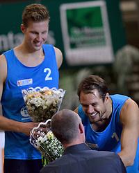 04-01-2015 NED: Open NK Indoor Beachvolleybal, Aalsmeer<br /> Christiaan Varenhorst en Reinder Nummerdor winnen het NK Beachvolleybal en krijg uit handen van toernooi directeur Richard Schuil de felicitaties