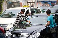 DEU, Deutschland, Germany, Berlin, 08.05.2013:<br />Junge Roma putzen die Scheiben von Autos an einer Kreuzung am Kottbusser Tor in Berlin-Kreuzberg.