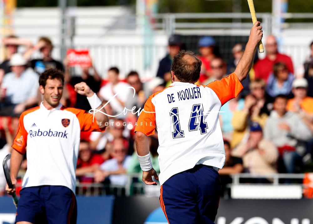 Vreugde bij Oranje nadat Teun de Nooijer (r) de score heeft geopend. links Ronald Brouwer.