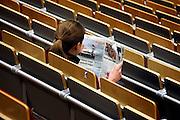 Nederland, Nijmegen,  13-3-2006..Een student, studente leest de krant, spits, metro in de collegezaal voordat het college begint. Gratis krant, journalistiek, NRC next, terugloop abonees, abonnementen, informatie...Foto: Flip Franssen/Hollandse Hoogte