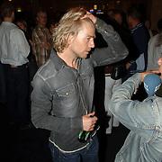 NLD/Amsterdam/20060503 - Herpremiere musical Turks Fruit Amsterdam, cast, voorstelling, Anthonie Kamerling aan het bier