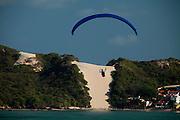 Natal_RN, Brasil...Pratica de parapente na praia de Ponta Negra. Ao fundo, o Morro do Careca...Paragliding on the beach of Ponta Negra. In the background, Morro do Careca...Foto: LEO DRUMOND / NITRO