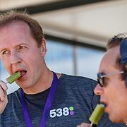 NLD/Amsterdam/20180701 - Evers staat op Run 2018, Edwin Evers eet een ijsje