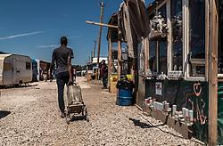 24.06.2016, Dschungelcamp, Calais, FRA, der Dschungel von Calais, im Bild ein Migrant mit einem Wasserkanister. Das Camp ist eine provisorische Zeltstadt nahe der französischen Stadt Calais. Mehrere tausend Menschen kampieren dort in Zeltunterkünften und warten auf eine Möglichkeit zur illegalen Weiterreise durch den Eurotunnel nach Großbritannien. a migrant with a water canister. The Calais Jungle is the nickname given to a migrant encampment, where migrants live while they attempt illegally to enter the United Kingdom at the Jungle Camp of Calais, France on 2016, 06, 24. EXPA Pictures © 2016, PhotoCredit: EXPA, JFK