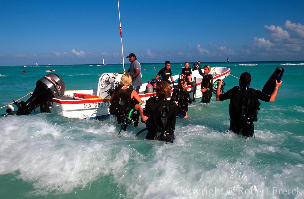 MEXICO, YUCATAN, TOURISM Riviera Maya; Playacar scuba divers