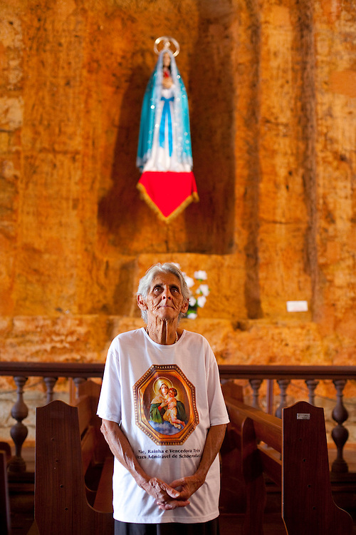 Pirenopolis_GO, Brasil...Mulher no Interior da Igreja de Nossa Senhora do Rosario em Pirenopolis, Goias...Woman at the interior of Nossa Senhora do Rosario Church in Pirenopolis, Goias...Foto: JOAO MARCOS ROSA / NITRO..