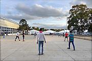 Nederland, the Netherlands, Nijmegen, 25-10-2015Kamp, tentenkamp Heumensoord, de tijdelijke noodopvang, azc, van het COA. Plaats voor 3000 asielzoekers. Op het kamp wordt nog gewerkt aan de infrastructuur voor elektra, afvoer en water. Ook wordt er een schooltje opgezet voor onderwijs aan de kinderen.Er is veel verveling onder de bewoners. Een spelletje voetbal zorgt voor afleiding en ontspanning. FOTO: FLIP FRANSSEN