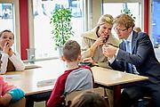 Koningin Maxima geeft startsein Week van het geld op de basisschool OBS West in Capelle aan de IJssel. <br /> <br /> Queen Maxima launches Money Week at the primary public school  in Capelle aan den IJssel.<br /> <br /> Op de foto / On the photo:  Koningin Maxima en staatssecretaris Sander Dekker van Onderwijs, Cultuur en Wetenschap in gesprek met leerlingen  //// Queen Maxima Dekker and State Secretary of Education, Culture and Science in conversation with students