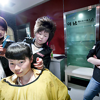 China,Xian ,maart 2008..Moderne Chinese kapsters in een kapsalon  in Xian.