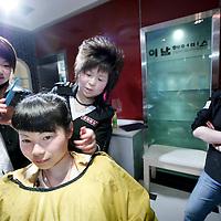 China,Xian ,maart 2008..Moderne Chinese kapsters in een kapsalon  in Xian.