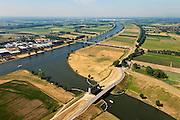 Nederland, Noord Brabant, Wijk en Aalburg, 08-07-2010. Heusdensch Kanaal met stormvloedkering, keersluis, Kromme Nolkering  (keersluis Kromme Nol). Het kanaal verbindt de Afgedamde Maas met de Bergsche Maas. De kering beschermt de dijken  langs het Heusdensch Kanaal en de Afgedamde Maas bij zeer hoge waterstanden. Heusdense brug over de Bergsche Maas. .Heusdensch Channel with flood barrier, floodgate. The canal connects the two (old) branches over river Meuse..luchtfoto (toeslag), aerial photo (additional fee required).foto/photo Siebe Swart.