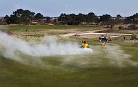 ZANDVOORT - Kennemer Golfclub, onderhoud aan de baan door het strooien van kalkmeststoffen op de greens, door de greenkeeper. Voor zand- en dalgronden geldt dat de pH ook afhankelijk is van het organische stofgehalte van de grond. De hoeveelheden kalk, in kg NW (zuurbindende waarde) die nodig zijn om de gewenste niveaus te bereiken (reparatiebekalking) of te handhaven (onderhoudsbekalking) worden op het uitslagenformulier van een bodem/grondanalyse vermeld. Om optimaal te profiteren van de bekalking, moet men deze in het voor-afgaande najaar uitvoeren. Een bekalking in het voorjaar is mogelijk, mits een fijne kalkmeststof wordt gebruikt. COPYRIGHT KOEN SUYK Copyright Koen Suyk