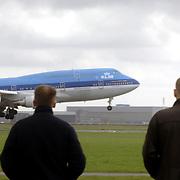 Vliegtuig, KLM Boeing 747 landend op Schiphol, , mensen kijken.oerisme, dagjesmensen, kijkers, wolken