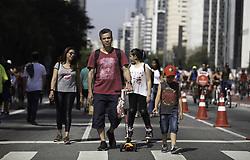 August 13, 2017 - Criança passeia com o pai na Avenida Paulista na tarde deste domingo (13). Com o tempo bom, diversos pais aproveitaram o dia para passear e brincar com seus filhos. (Credit Image: © Bruno Rocha/Fotoarena via ZUMA Press)
