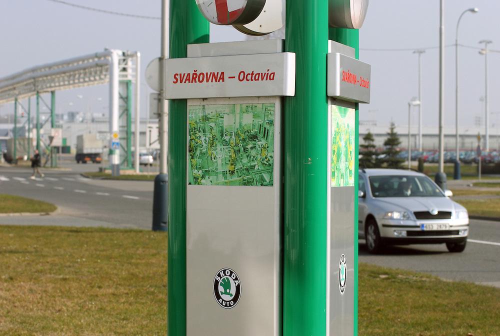 Mlada Boleslav/Tschechische Republik, Tschechien, CZE, 16.03.07: Ein Skoda Octavia passiert ein Info Schild auf dem Werksgelände der Skoda Auto Fabrik in Mlada Boleslav. Der tschechische Autohersteller Skoda ist ein Tochterunternehmen der Volkswagen Gruppe. <br /> <br /> Mlada Boleslav/Czech Republic, CZE, 16.03.07: Skoda Octavia vehicle driving beside info sign of welding plant at Skoda car factory in Mlada Boleslav. Czech car producer Skoda Auto is a subsidiary of the German Volkswagen Group (VAG).