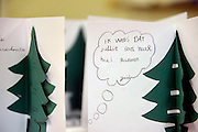 Nederland, the netherlands, Nijmegen, 31-12-2015Op tentenkamp Heumensoord werden nieuwjaarskaarten uitgedeeld aan kinderen an vluchtelingen. De kaarten zijn gemaakt door leerlingen van de basisscholen in Nijmegen. Kinderen voor kinderen.FOTO: FLIP FRANSSEN/ HH
