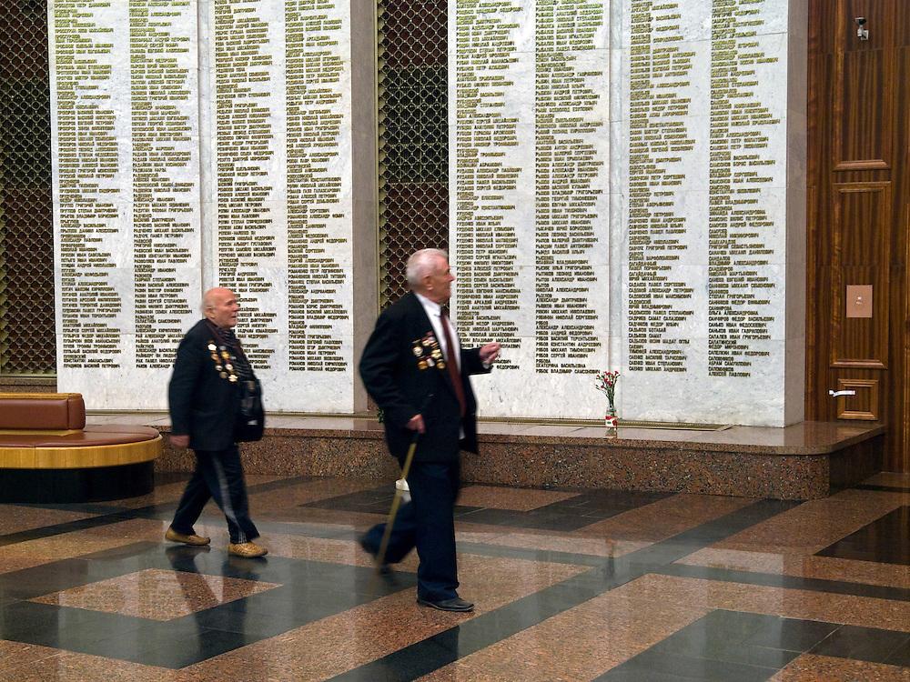 Der 85 jährige ukrainische 2. Weltkriegs Veteran Ivan Dmitrievich Dunayev (links) mit einem befreundeten Vetranen in der Ruhmeshalle im Museum des Großen Vaterländischen Krieges in Moskau auf der Suche nach den Namen Ihrer im 2. Weltkrieg gefallenen Kameraden. Dunayev erreichte Berlin kurz vor der deutschen Kapitulation am 2. Mai 1945. Die beiden Veteranen sind zur Siegesparade (9.Mai 2008) nach Moskau angereist.<br /> <br /> The 85 years old Ukrainian WW II veteran Ivan Dmitrievich Dunayev (left) with a friend looking for the names of their comrades fallen during the second World War at the pantheon in the Museum of the Great Patriotic War in Moscow. Dunayev arrived at the 2nd of May 1945 to Berlin - a few days before Germany surrendered. Both WW II veterans travelled for the Victory Parade (09.05.2008) to Moscow.