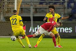 Mikkel Damsgaard (Danmark) i kamp med Robin Quaison og Jens-Lys Cajuste (Sverige) under venskabskampen mellem Danmark og Sverige den 11. november 2020 på Brøndby Stadion (Foto: Claus Birch).