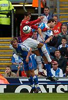 Fotball<br /> Foto: SBI/Digitalsport<br /> NORWAY ONLY<br /> <br /> Blackburn Rovers v Manchester United<br /> Barclays Premiership, 28/08/2004<br /> <br /> New Blackburn signing Morten Gamst Pedersen (L) wins the aerial ball.