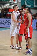 DESCRIZIONE :Siena  Lega A 2011-12 Montepaschi Siena Cimberio Varese Play off gara 1<br /> GIOCATORE : Rimantas Kaukenas<br /> CATEGORIA : fair play <br /> SQUADRA : Montepaschi Siena<br /> EVENTO : Campionato Lega A 2011-2012 Play off gara 1 <br /> GARA : Montepaschi Siena Cimberio Varese<br /> DATA : 17/05/2012<br /> SPORT : Pallacanestro <br /> AUTORE : Agenzia Ciamillo-Castoria/ GiulioCiamillo<br /> Galleria : Lega Basket A 2011-2012  <br /> Fotonotizia : Siena  Lega A 2011-12 Montepaschi Siena Cimberio Varese Play off gara 1<br /> Predefinita :