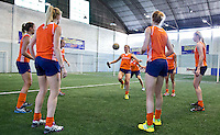 TUCUMAN  Argentinie - Het Nederlands vrouwen hockeyteam bracht de ochtend op de rustdag door met het uitlopen en een partijtje voetbal op een indoor voetbalveldje in de stad. In het midden Xan de Waard. ANP KOEN SUYK
