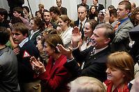 """22 MAR 2006, BERLIN/GERMANY:<br /> Horst Koehler (M-Re), Bundespraesident, und Eva Luise Koehler (M-Li), Gattin des Bundespraesidenten, applaudieren inmitten der jugendliche Gaeste, waehrend der Veranstaltung """"Bellevue unplugged"""" mit Rock- und Popmusik, zu der Koehler Jugendliche wegen Ihres sozialen Engagements eingeladen hat, Schloss Bellevue<br /> IMAGE: 20060322-03-030<br /> KEYWORDS: Horst Köhler, Applaus, Eva Luise Köhler"""