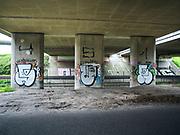 Graffiti onder het verkeersplein Prins Clausplein bij Den Haag. | Graffiti under the traffic circle Prins Clausplein and The Hague.