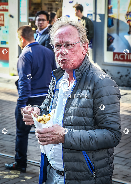 AMSTERDAM - De Nederlandse premiere van Elle, de nieuwste film van regisseur Paul Verhoeven. Met hier Jack Spijkerman die toevallig langs de rode loper kwam en genoot van een patatje. FOTO LEVIN & PAULA PHOTOGRAPHY