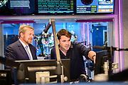 Koning Willem Alexander brengt een werkbezoek aan het Radiohuis van de Nederlandse Publieke Omroep (NPO) in Hilversum. Het bezoek staat in het teken van het medium radio, dat dit jaar in Nederland honderd jaar bestaat.<br /> <br /> Op de foto:   Koning Willem-Alexander met Ab Nieuwdorp van Radio 4\