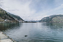 20.03.2020, Zell am See, AUT, tägliches Leben mit dem Coronavirus, im Bild der Zeller See und der Blick vom Südufer nach Zell am See und das Steinerne Meer. Für ganz Österreich wurde eine Ausgangsbeschränkung der Bundesregierung ausgesprochen // the Zeller See and the view from the south shore to Zell am See and the Steinerne Meer. The Austrian government is pursuing aggressive measures in an effort to slow the ongoing spread of the coronavirus, Zell am See, Austria on 2020/03/20. EXPA Pictures © 2020, PhotoCredit: EXPA/ Stefanie Oberhauser