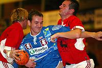 Bærum 20030126: B-sluttspill i herrehåndball mellom Haslum og Haugaland i Nadderudhallen. Haugalands Ronnie Smedsvik stanses av Haslumspillerene Trygve Mørch Moen (til venstre) og Theòdor Hjalti Valsson.<br /> <br /> Foto: Andreas Fadum, Digitalsport